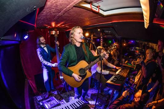 De band Lijn 99 treedt op in hun zelf omgebouwde festivalbus.
