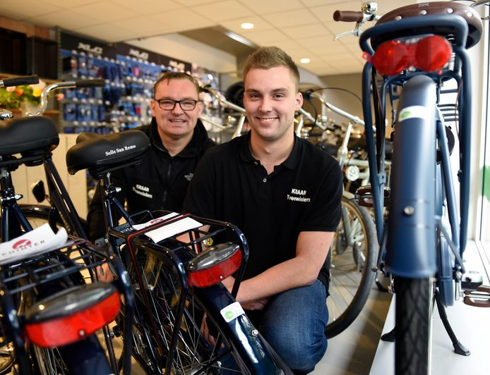 Endip Kraan met zoon Calvin in de fietsenzaak aan de Spoorlaan. Ze openen een nieuwe vestiging in winkelcentrum Snel & Polanen.