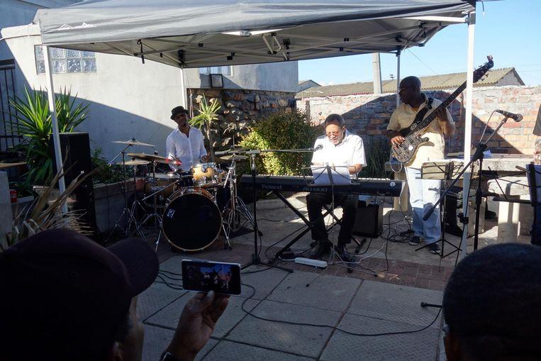 Nat Adderley Jr. jamt met plaatselijke musici uit Kaapstad in Jazz in the Native Yards. Beeld wb