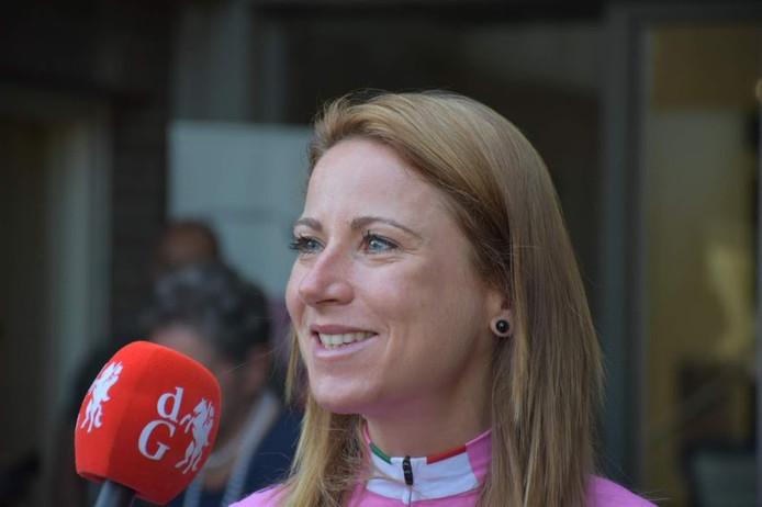 Annemiek van Vleuten was in een sprint-a-deux te sterk voor de Poolse Malgorzata Jasinska.