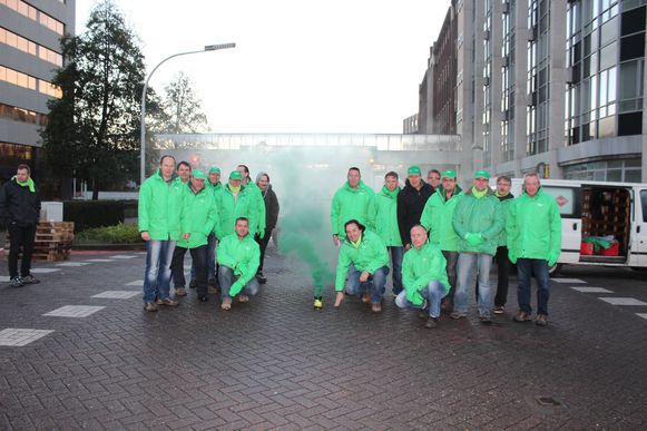 De vakbondsleden op het afgesloten kruispunt bij Agfa-Gevaert.