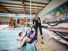 Eindelijk! Zwemmers van De Klup kunnen dankzij vervangende lift Tubbergs bad weer in