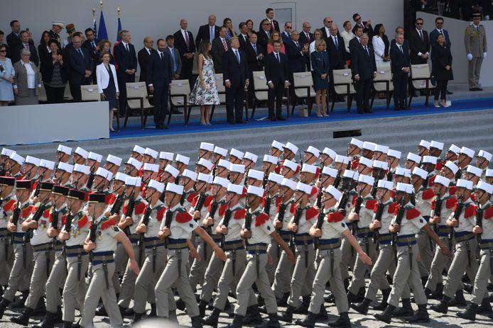 14 juli 2017: leden van het Vreemdelingenlegioen passeren de eretribune met Macron en Trump.