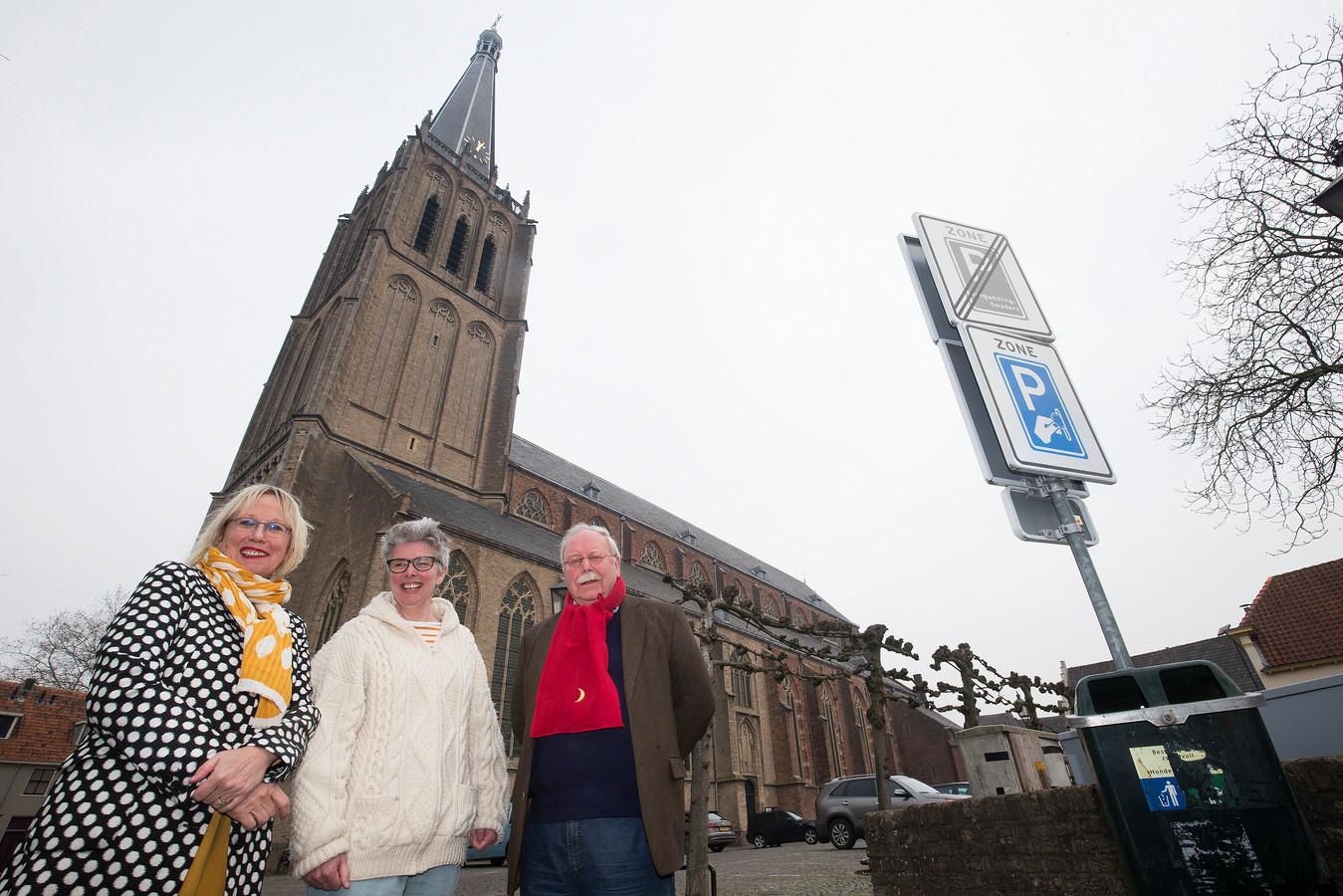 De initiatiefnemers van de Doesburgse scheurkalender bij de Martinikerk.