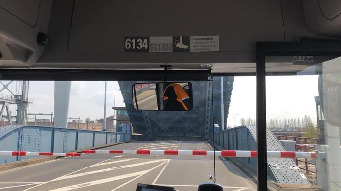 De Zwijndrechtse brug wilde zondag tot twee keer toe niet meer dicht.