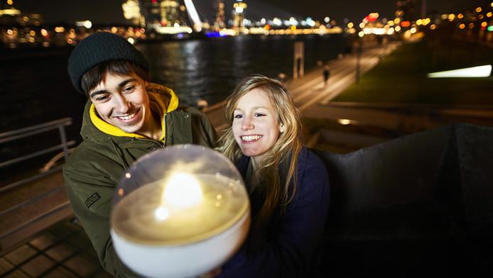 Ermi van Oers (r) en René de Landmeter met hun Living Light, de lamp die energie uit vervuild water haalt.