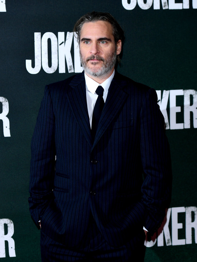 Joaquin Phoenix avait annoncé qu'il porterait le même costume tout au long de la saison des remises de prix pour le bien de la planète.