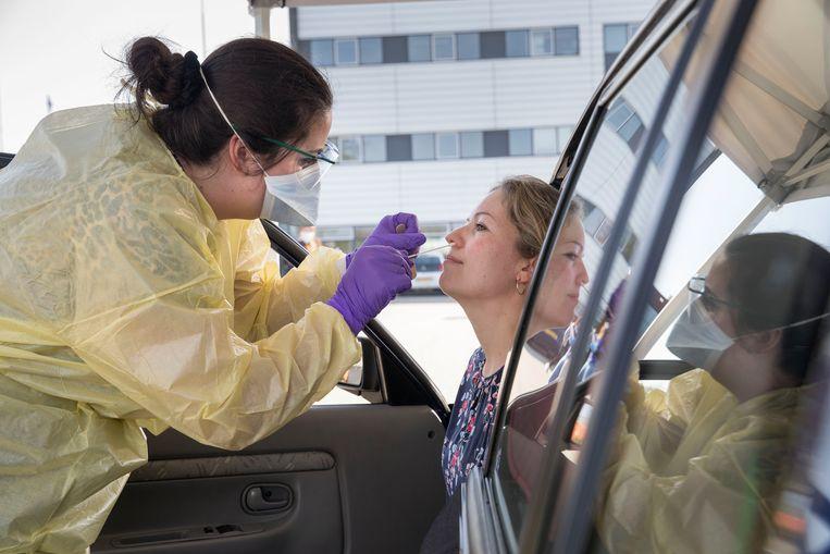 Zorgpersoneel met klachten kan zich laten testen op het coronavirus bij Veiligheidscentrum Spinel in Dordrecht. Beeld Arie Kievit
