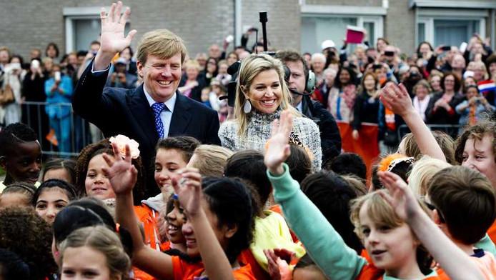 Willem-Alexander en Máxima openden vanochtend de koningsspelen op basisscholen in Enschede