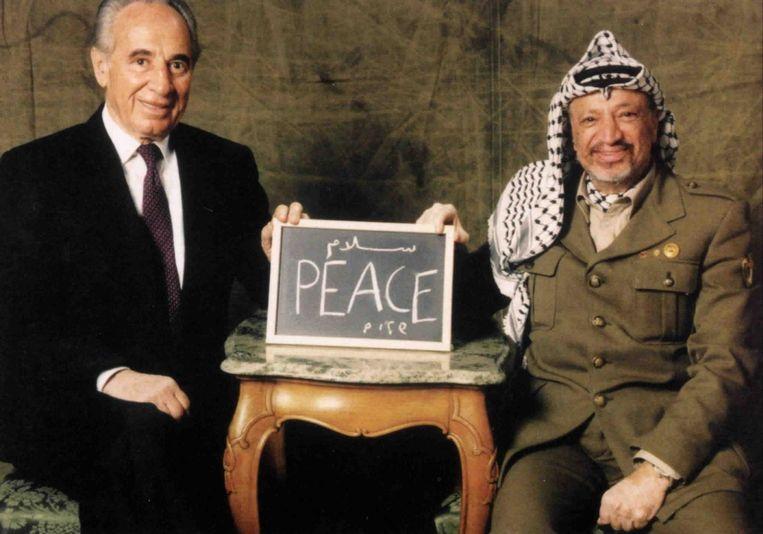 Op deze ongedateerde foto laten Peres en Arafat zien waar zo lang voor gestreden is: vrede. Beeld REUTERS