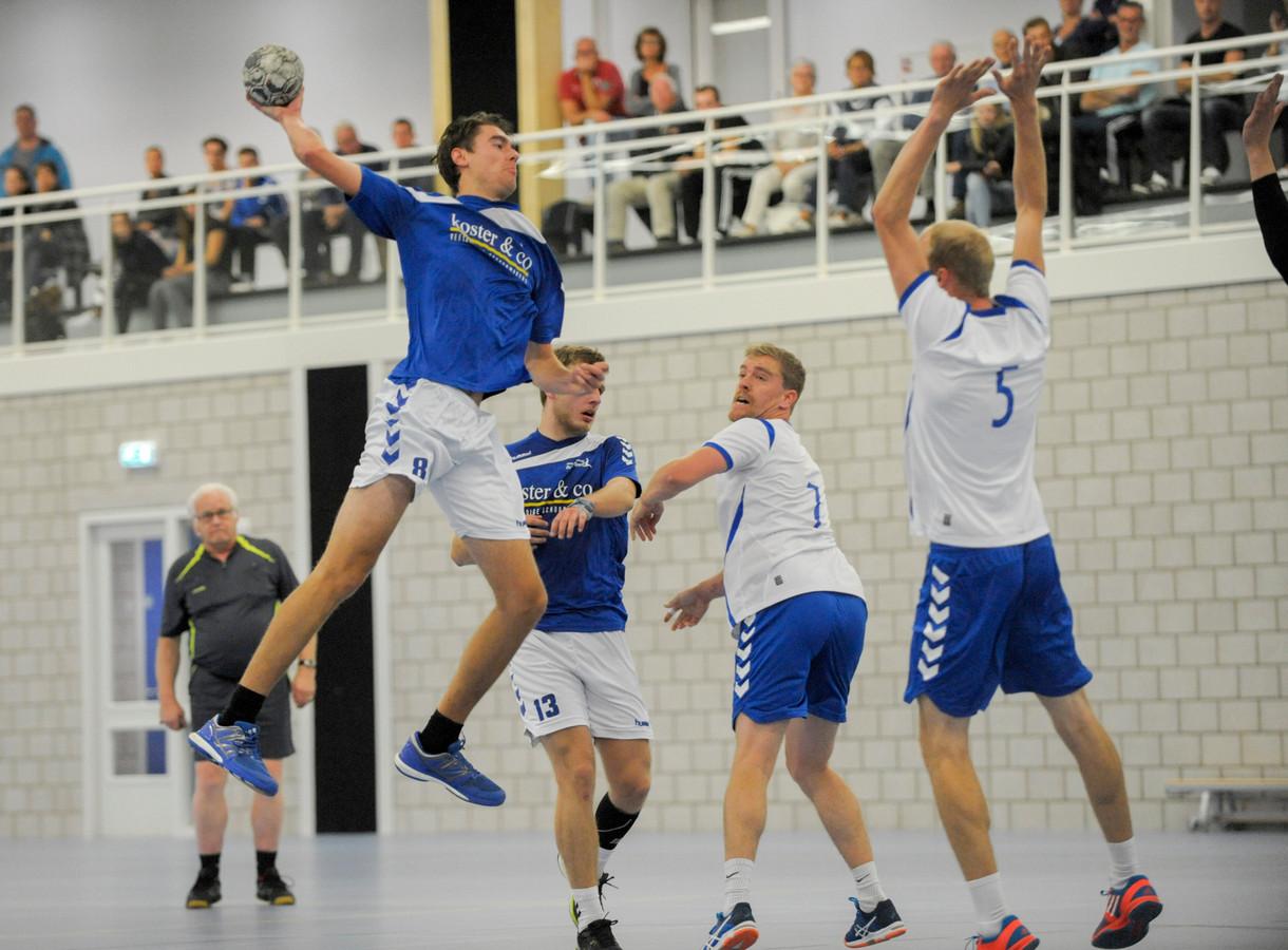 Handballers van Delta Sport in actie in Laco