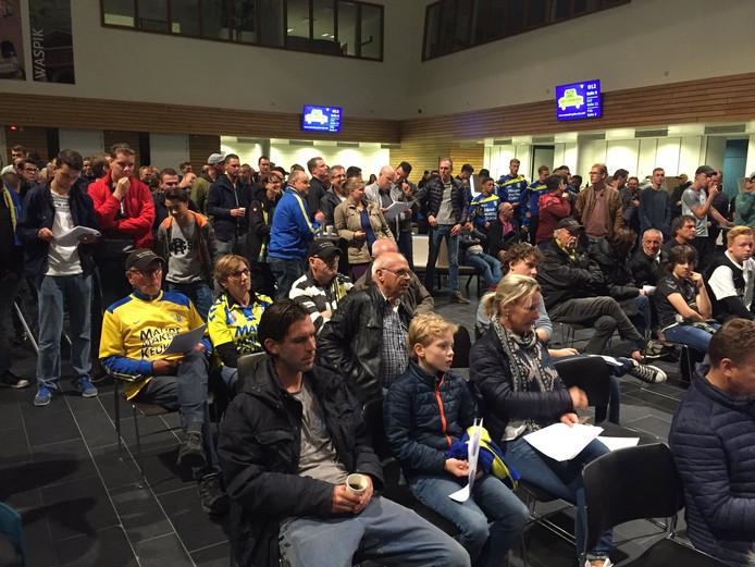 Een volle publieke tribune tijdens de vergadering over RKC.