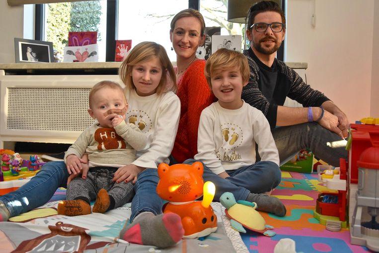 Papa Dieter en mama Isabelle met hun kindjes Viktor (1), Lore (8) en Robin (6).