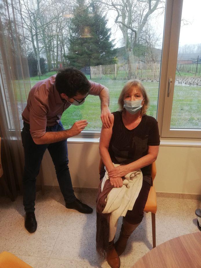 Directrice Inge Van Den Bussche kreeg als eerste het vaccin