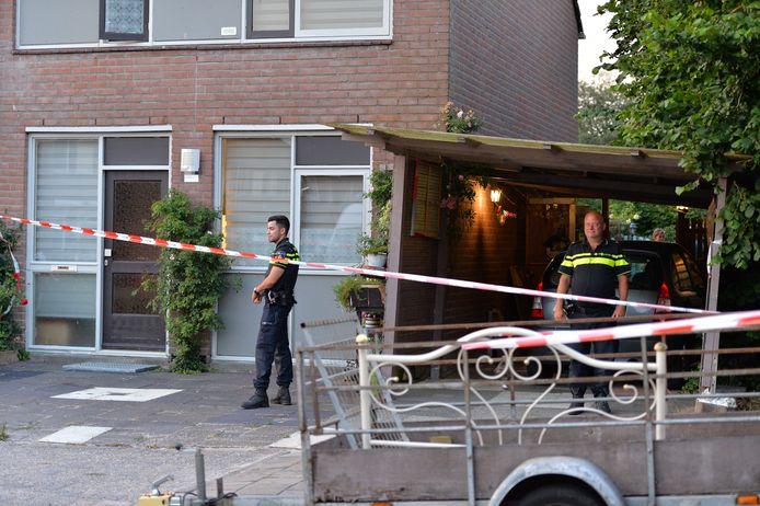 De politie bij de woning aan Bronsgietersdonk waar het lichaam van de vrouw gevonden werd.