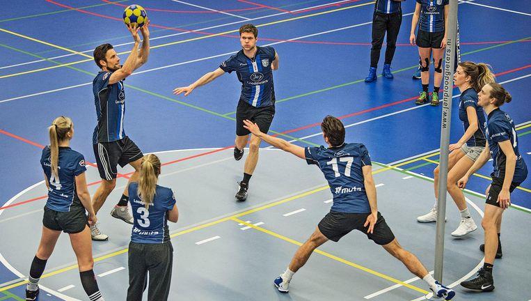 Blauw Wit-topscorer Marc Broere schiet tijdens de training. Beeld Guus Dubbelman / de Volkskrant