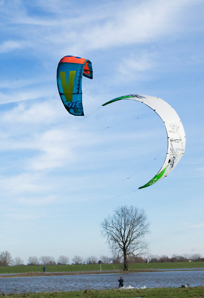 Een deel van de uiterwaarden is Keent is ondergelopen door het hoge water en werd zondag gebruikt om op te kitesurfen.