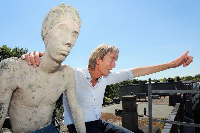 BREDA – Een uniek moment. Na 38 jaar zit Joost Koreman weer op het dak van zijn ouderlijk huis aan de Baronielaan met het beeld 'de Wegkijker'. Gemaakt door zijn broer Maarten Koreman.