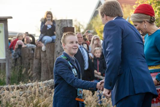 Kinderburgemeester Stan van der Wekken schudt de hand van koning Willem-Alexanderbij strandpark De Zeeuwse Kust in Renesse.
