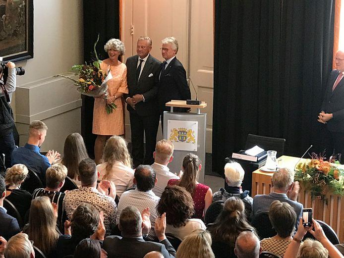 De Gelderse Commissaris van de Koning John Berends feliciteert Pieter van Maaren (midden) en zijn vrouw Ine.