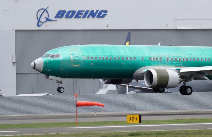 Een Boeing 737 MAX 8 landt op een testvliegveld nabij Seattle, de noordwestelijke Amerikaanse stad waar het hoofdkantoor van de vliegtuigbouwer is gelegen.