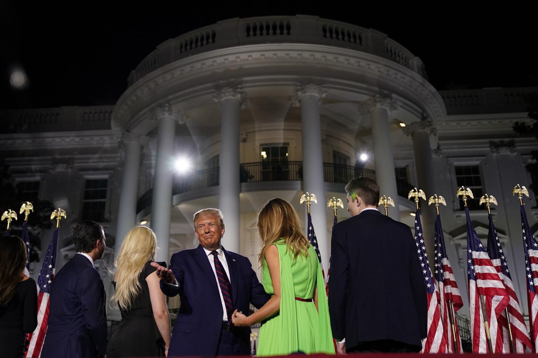 Donald Trump op het podium, met zijn familie na afloop van zijn acceptatiespeech.  Beeld EPA