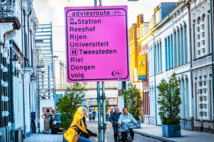 Tilburgse fietsers moeten voortaan roze omleidingsborden volgen.