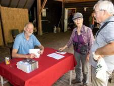 Wandelschoenen waren onmisbaar bij de bijzondere boekpresentatie van boswachter Mari de Bijl