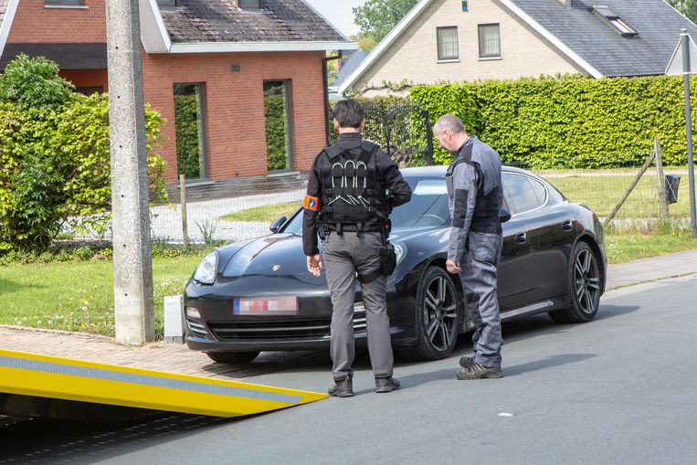 In Roosdaal werd onder meer deze Porsche Panamera 4S in beslag genomen.