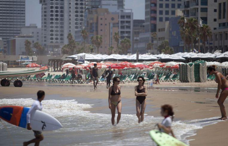 Een rustig moment op het strand van Tel Aviv tussen raketaanvallen door. Beeld null