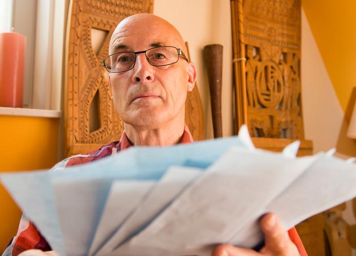 Nico Pannekoek met de brieven van Desi Bouterse.