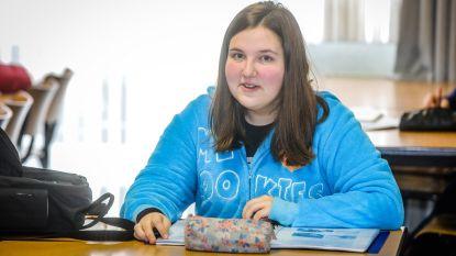 """Atheneumleerlinge Shanaya Andries volgde twee jaar les via Bednet en stond op de eerste rij bij het kussengevecht op pyjamadag in haar school: """"Zonder Bednet zou ik dit jaar niet afstuderen"""""""