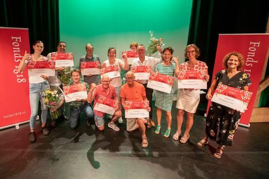 Uit handen van Fonds 1818 directeur Sanne ten Bokkel Huinink, jurylid Carla Ophorst-van Marrewijk en plaatsvervangend chef AD Haagsche Courant Julia Broos, ontvingen twaalf maatschappelijke projecten een pluim, variërend van 500 tot 5000 euro.
