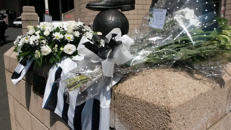 Bloemen en voetbalshirts als eerbetoon aan Alder en Sweeney bij het monument voor Sir Bobby Robson, buiten het Newcastle United-stadion St. James Park. Beeld ap