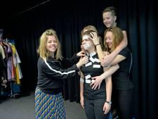 Enschedese Karine werkt mee aan Luizenmoeder - de film: 'Gisteren viel het script in de bus'