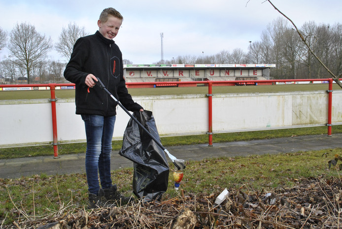 Een leerling van AOC Oost ruimt rommel op het complex van VV Reunie in Borculo.