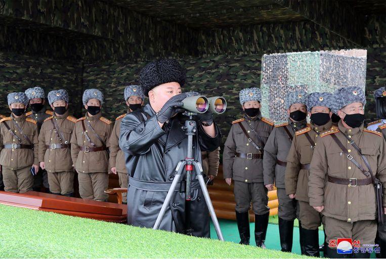 Kim Jong-un hield vrijdag toezicht op de militaire drill. Alle aanwezigen op de foto, met uitzondering van Kim zelf, dragen zwarte mondmaskers.