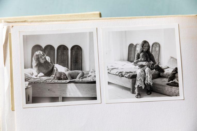 Patricia Wessels en haar moeder bij de ramen in 1969.    Beeld Marie Wanders
