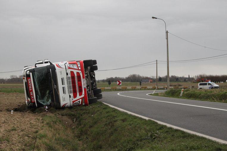 De vrachtwagen kantelde na een ferme windstoot.