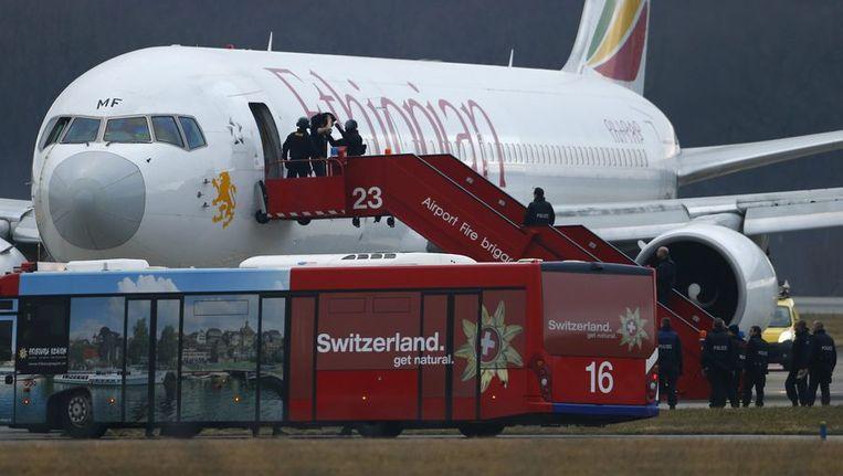 Agenten helpen de passagiers om het toestel te verlaten.