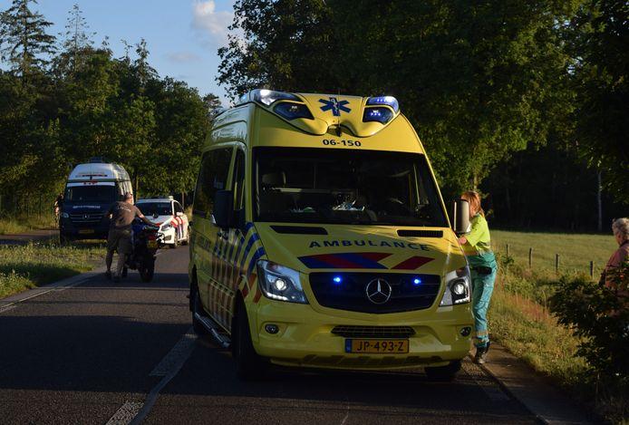 De motorrijder is met de ambulance naar het ziekenhuis gebracht.