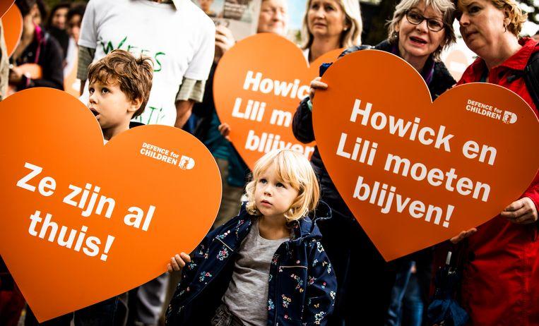 Leden van kinderrechtenorganisatie Defence for Children voeren actie tegen de uitzetting van Howick en Lili.  Beeld Freek van den Bergh
