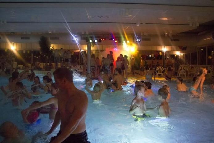 Topdrukte bij subtropisch zwembad De Veldkamp. Eigen foto