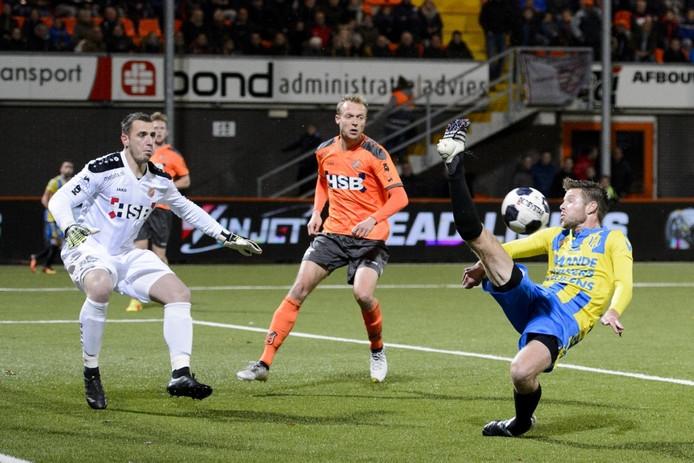 Johan Voskamp (RKC Waalwijk, rechts) in een uiterste poging de bal te raken.