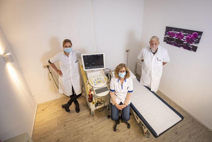 Echografiepraktijk Twenthe Centrum met enkele personeelsleden Henk Avenarius wordt voortgezet. (vlnr): Ilja Vlasblom, Lies Schinkel en radioloog Abe Hiddema.