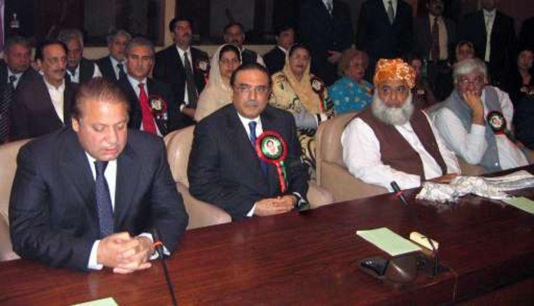 Voormalig premier Nawaz Sharif (links) en Asif Ali Zardari, weduwnaar van Benazir Bhutto, zitten broederlijk naast elkaar.