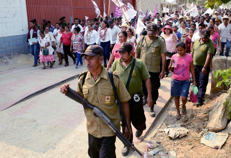 Een verkiezingsbijeenkomst in deelstaat Guerrero wordt bewaakt door leden van de regionale autoriteiten. Beeld AFP