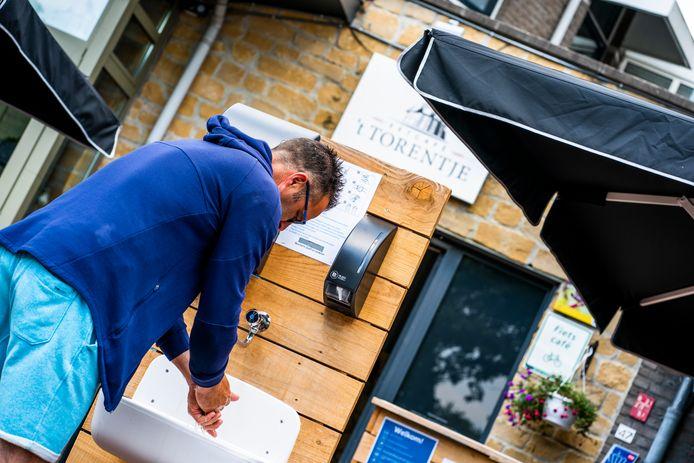 Handen wassen op het terras in Reusel.