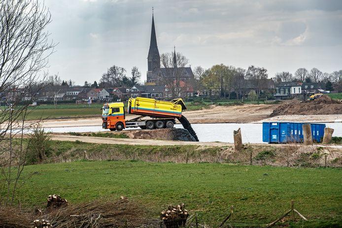 Storten van bagger  in Over de Maas.