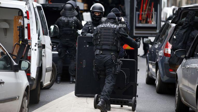 De Franse nationale politie in actie in de wijk Montrouge in Parijs, waar vanmorgen twee politieagenten zijn neergeschoten. Beeld afp